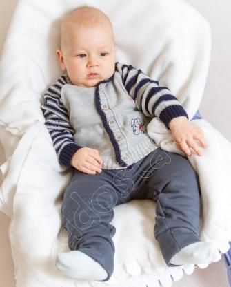 Sweterek na guziki dla niemowlaka